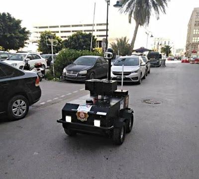 تونس روبوت PGUARD يقوم بدورية أمنية في شارع