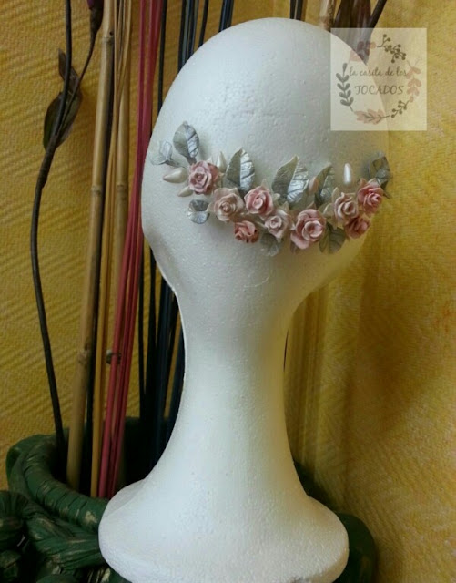 Tocado de novia artesanal con rosas y hojas de porcelana fria en varios matices de color