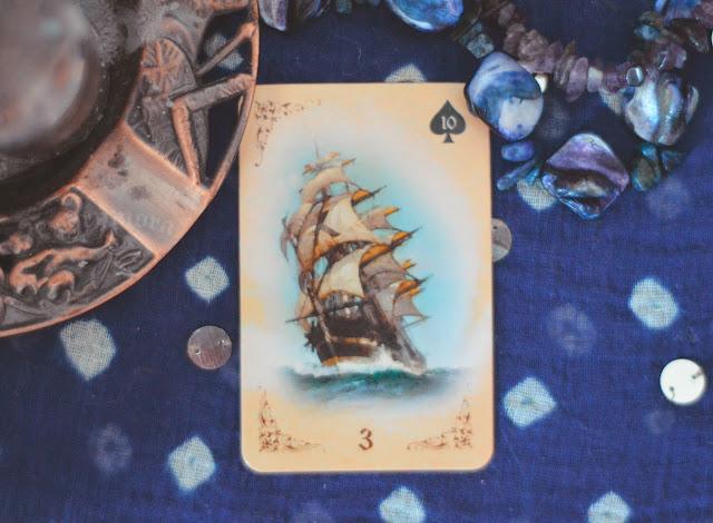 Saiba o significado da Carta 3 do Navio no Baralho Cigano / Lenormand e combinações no amor, dinheiro e trabalho, obstáculo e conselho.