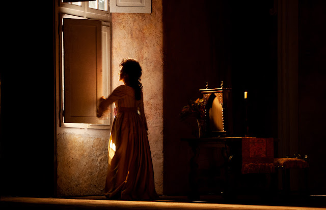 Escena de Las Bodas de Figaro, Iluminación de ventana al amanecer