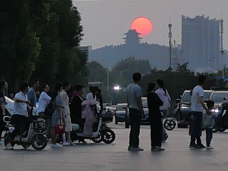 sun setting behind Xuzhou's Zhulin Temple (竹林寺)