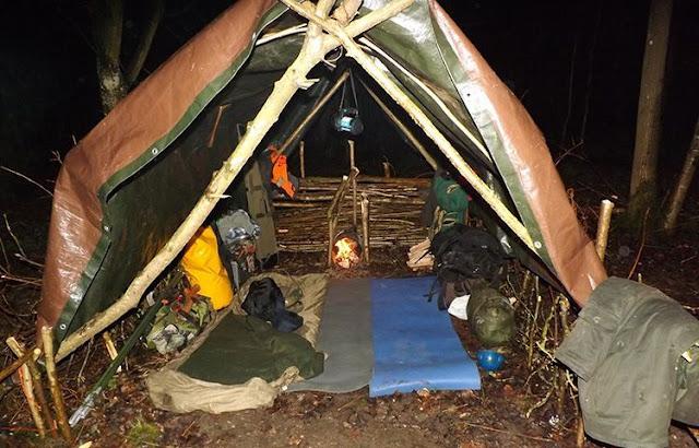 Shelter darurat di hutan saat malam