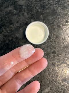 Texture de la crème velours pour les mains de la box formule beauté de décembre 2019