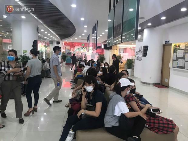 200 phụ huynh đến trường Việt Úc phản đối thu học phí mùa dịch, yêu cầu đối thoại trực tiếp