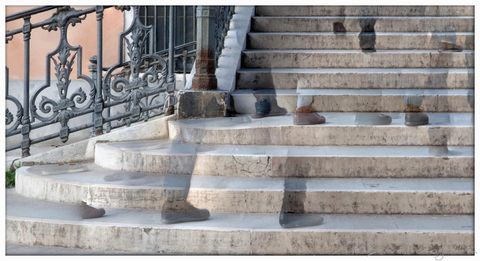 PErsonas subiendo y bajando por las escaleras de un puente en Venecia