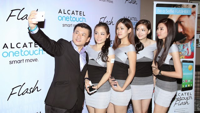 KL Kong, Country Manager, TCT Mobile Malaysia (far left) taking a selfie with the ALCATEL ONETOUCH FLASH.