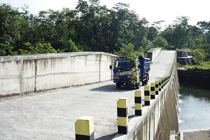 DAM Kali Woro dilintasi banyak truk