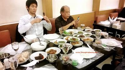 Orang Jepang Makan Di Rumah Makan Pagi Sore