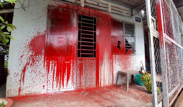 Tạt sơn 'khủng bố' đòi nợ... người đã chết?