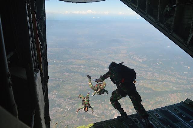 Tim KDOL Brigif PR 18 Kostrad melaksanakan Jungar Free fall