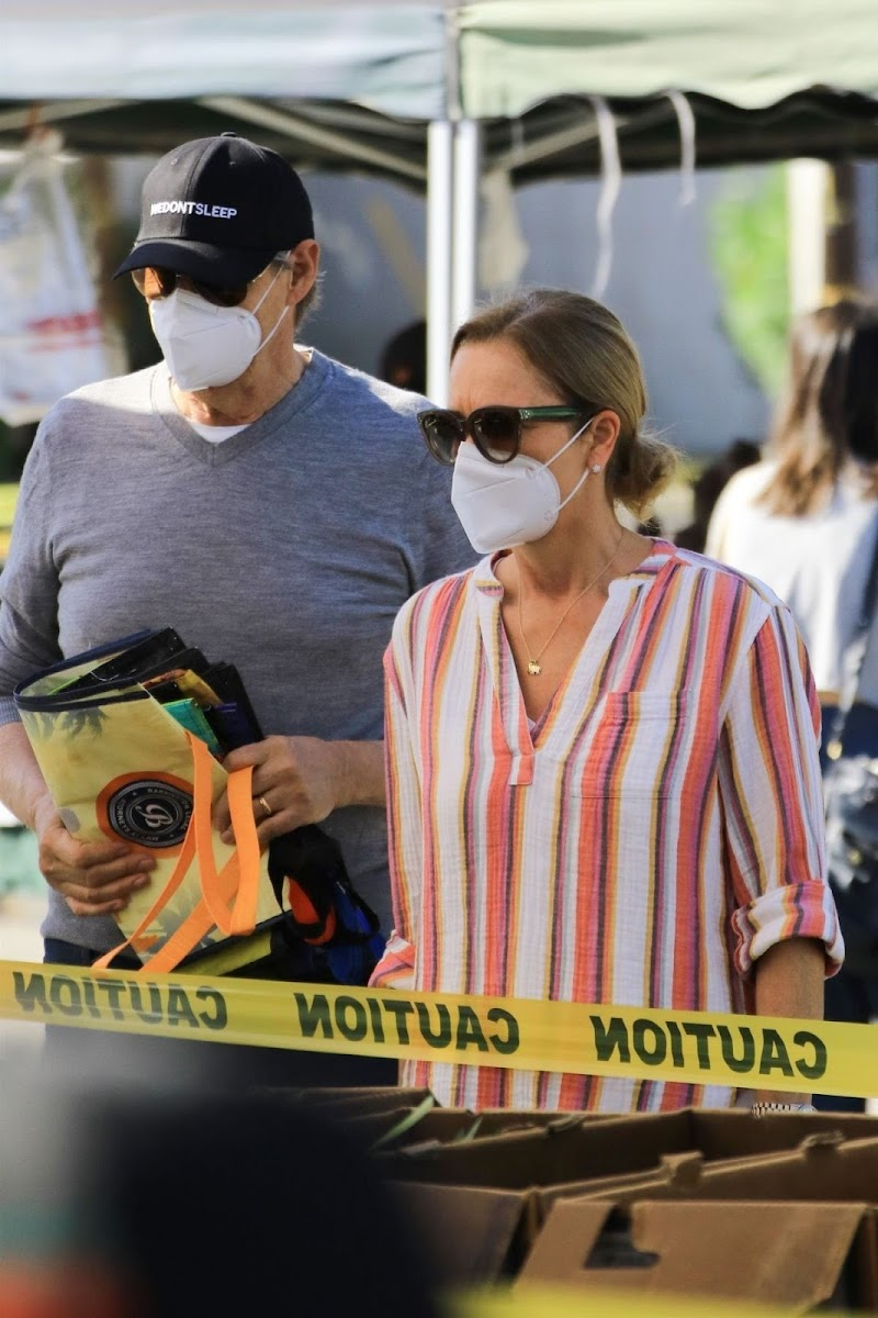 Jenna Fischer Spotted While Shopping at Farmer's Market in Studio City 3 May -2020