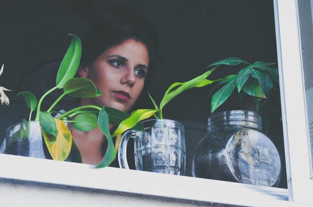 izbegavanje-vidjanja-prijatelja-pogresni-ljudi-devojka-se-zamislila
