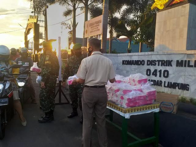 Kodim 0410/KBL Kec. Langkapura terus berbagi takjil berbuka puasa dihari ke 26 bulan ramadhan untuk masyarakat