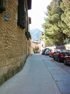 Beceite, Beseit, pueblo, casco urbano, planet, esquina calle Goya, coches
