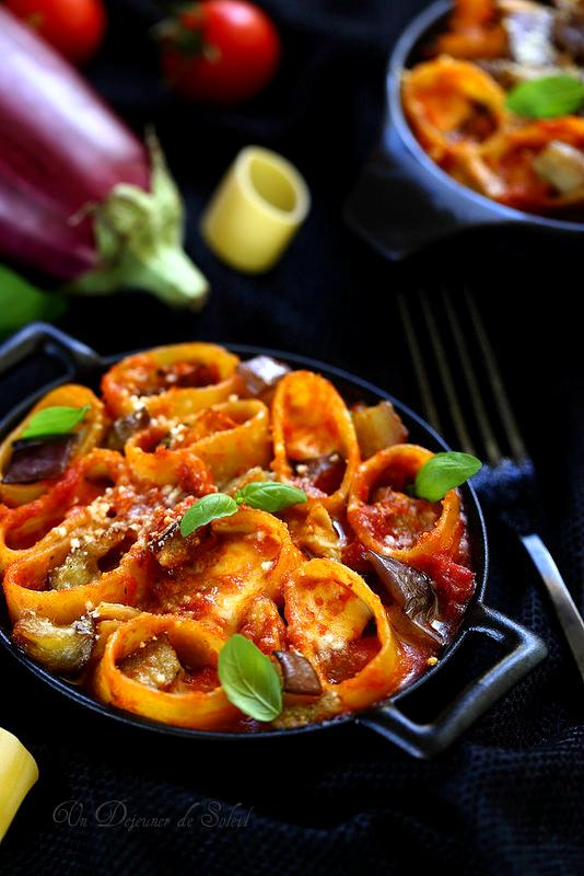 Gratin de pâtes aubergines, tomates, thon et mozzarella