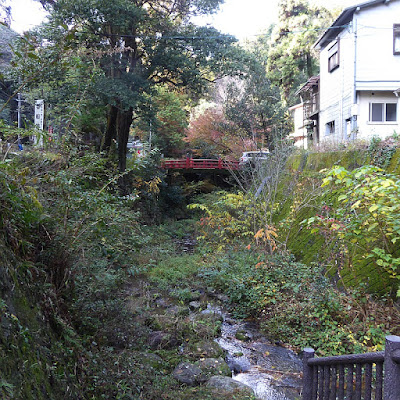 磐船神社境内へ流れる天野川