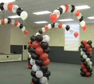 Ballondekoration für die Tanzfläche, mit Ballonsäulen die den Raum einsäumen.