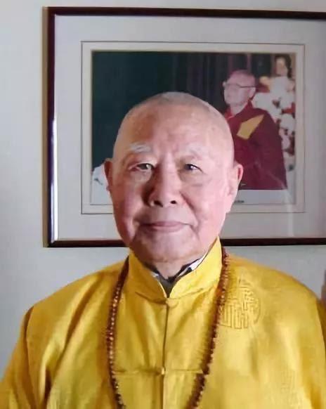 """洛桑珍珠仁波且,俗名邢步有,又名刑肅芝,1916年出生於江南,九歲皈依佛門接受正規嚴格的佛學教育,在漢地出家為僧時法號碧松法師,16歲進入四川重慶漢藏教理院學習西藏語文,同時成為中國佛學會會長、近代佛教界泰斗太虛大師的秘書,負責整理太虛大師的演講,也是有""""當代玄奘""""之稱的佛學翻譯家、一代高僧法尊法師的弟子。"""