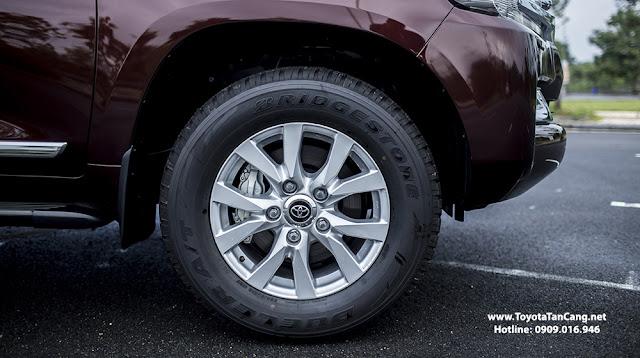 Bánh xe lớn với mâm đúc đường kính 18-inch 5 chấu kép với thiết kế sắc nét