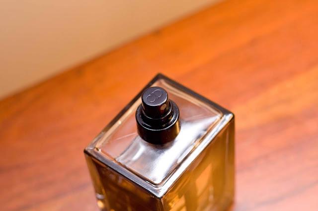 wybite logo Dior na zatyczce perfum CD, Homme Intenese