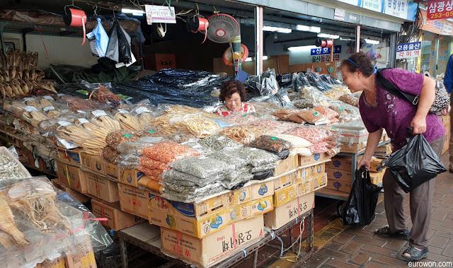Ajummas en mercado tradicional coreano