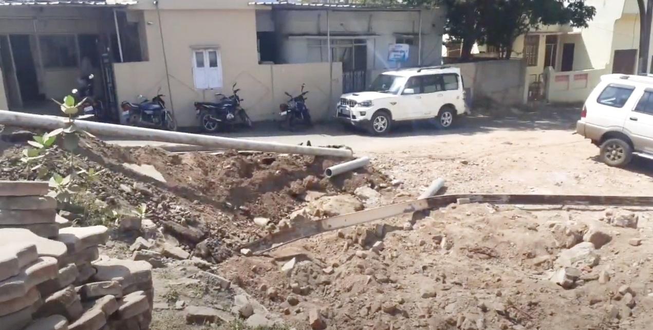 Jhabua News- मल्टी बनाने उखाड़ डाला दशकों पुराना पीपल का पेड़