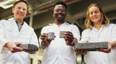 طلاب من جنوب أفريقيا يصنعون قوالب طوب صديقة للبيئة من بول الإنسان
