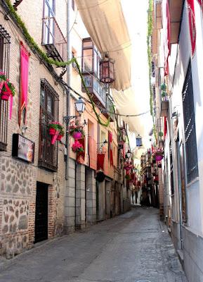 Toledo adornado para la fiesta del Corpus. Patios de Toledo abiertos para el Corpus