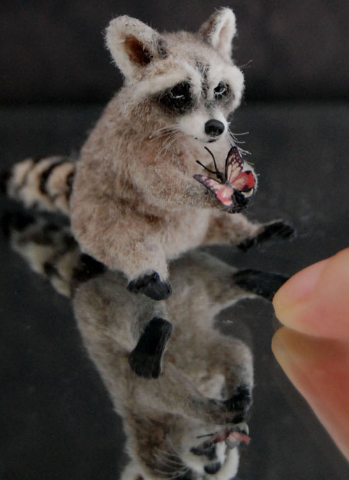 26-Raccoon-ReveMiniatures-Miniature-Animal-Sculptures-that-fit-on-your-Hand-www-designstack-co