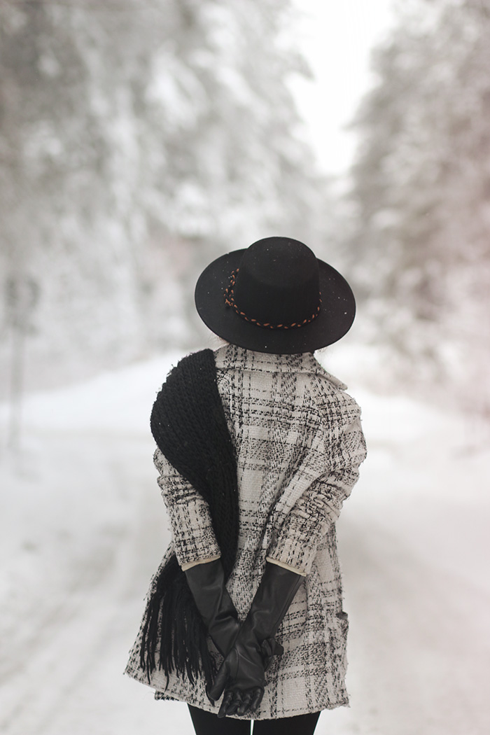 hat, checked, coat, longgloves, blackadwhite, winter, snow