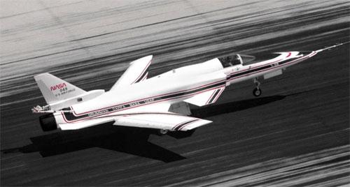 Grumman X-29 memiliki lebar sayap 27 kaki dan panjang 48 kaki. Itu bisa mencapai Mach 1,8 (1.100 mph).