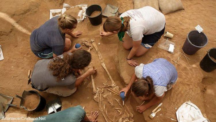 Arqueólogos analizando resto humano de filisteos