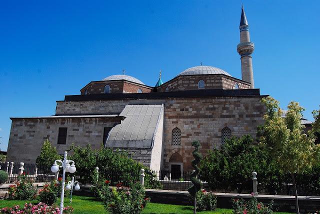 vue principale du monument achevé en 1274. Mevlana repose sous le dôme conique de couleur verte dont on aperçoit juste le sommet