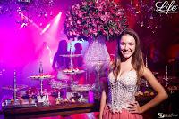 festa de 15 anos com decoração moderna e sofisticada no salão dcg da sogipa em porto alegre em tons de rosa pink fendi e prata por life eventos especiais