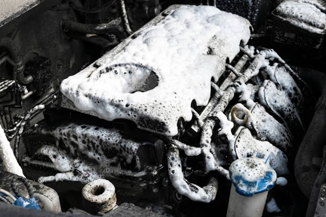 Cairan Pembersih Kerak Mesin Mobil