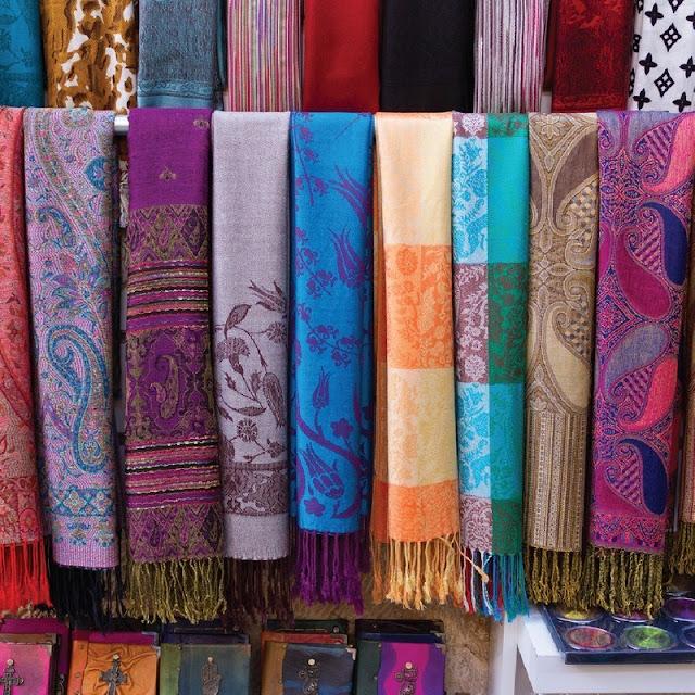 Được biết đến trên khắp thế giới, Pashmina là từ chỉ những chiếc khăn choàng thủ công mềm mại và ấm áp. Chúng được làm từ lông của những chú dê núi trên cao nguyên xanh tươi. Chiếc khăn sang trọng này hứa hẹn sẽ là món quà hấp dẫn dành tặng cho người thân và bạn bè sau chuyến du lịch Nepal.