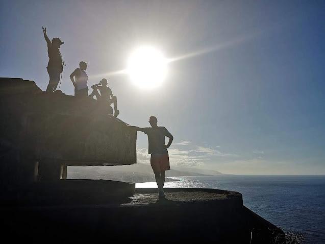 Menschen auf Bunker am Atlantik