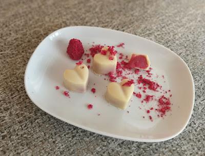 Valentins-Pralinen: Weiße Pralinen mit Himbeer-Rosen-Ganache