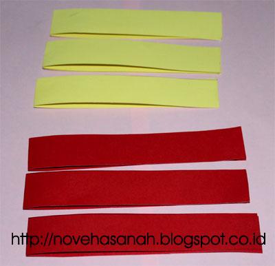 untuk membuat ikan hias dari kertas bekas ini, pita kertas dilipat menjadi dua bagian sama panjang. Dan kita memerlukan 6 helai pita kertas.