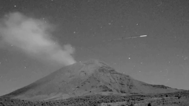 OVNI aparece y desaparece en el aire sobre el volcán, 3-25-2021 2