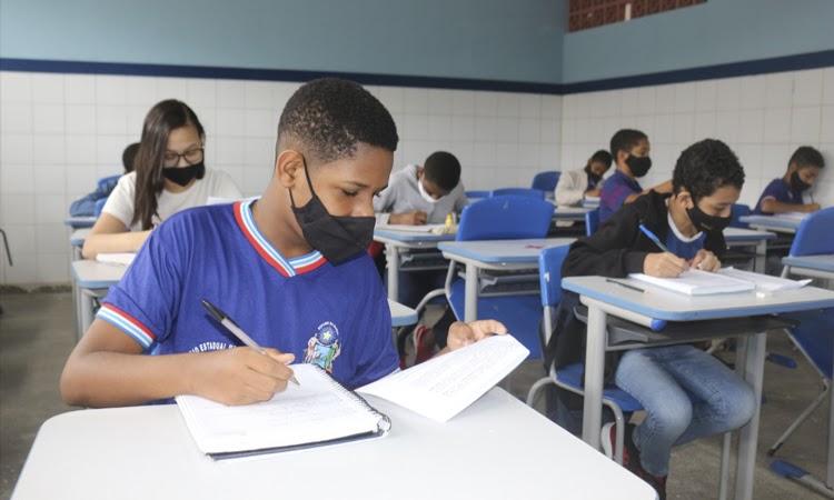 Escolas estaduais iniciam aulas semipresenciais para estudantes do Ensino Fundamental