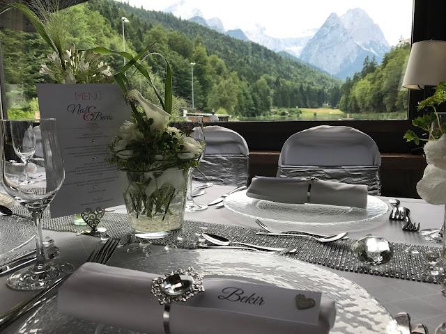 Bergpanorama im Seehaus Tischdekoration mit Silberleuchtern und Glitzer, 4 Hochzeiten und eine Traumreise 2.0 im Riessersee Hotel Garmisch-Partenkirchen, Traumlocation am See in den Bergen, 2017