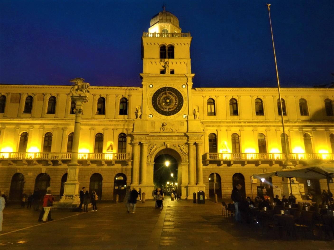 Immer wieder erscheint aus dem Nichts ein prachtvolles Gebäude wie zum Beispiel das schöne Rathaus oder der imposante Torre dell´orologio