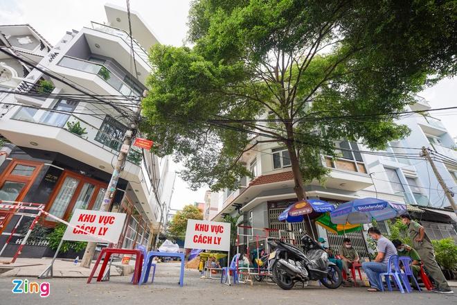 Quận Tân Phú phong tỏa 17 căn nhà vì ca tái dương tính SARS-CoV-2