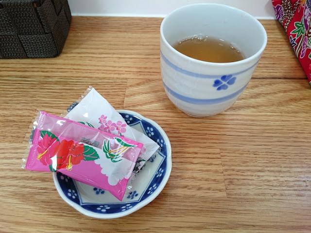 お茶と黒糖の写真
