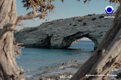 Βράχος Ακρωτηρίου Τρυπητή, Άποψη του Θρόνου του Δία από την παραλία Τρυπητή.