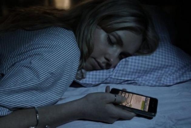 vajzë duke fjetur me telefon në dorë