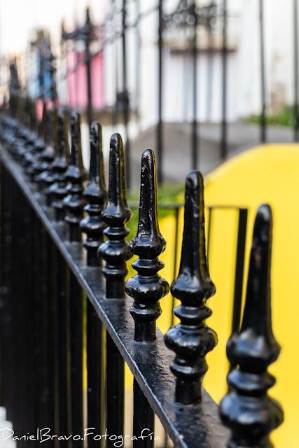 Detalle de una verja en una casa de Notting Hill con pintura amarilla
