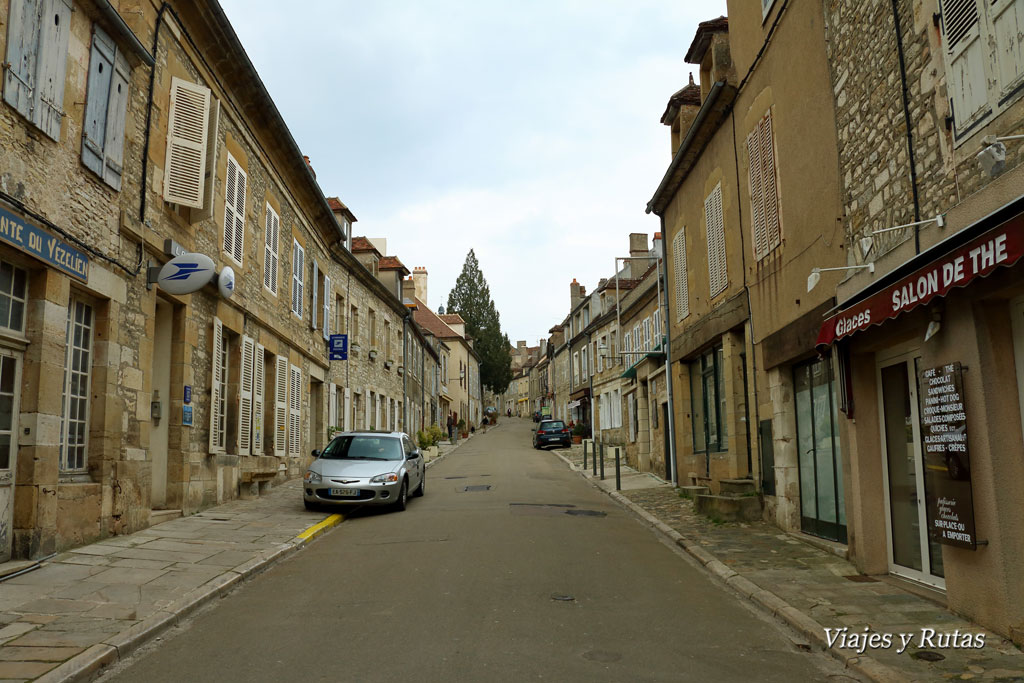 calle principal Vélezay, Francia