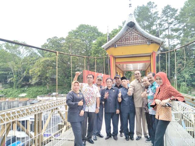 Anggota Komisi III DPRD Bukittinggi foto bersama saat meninjau empat proyek
